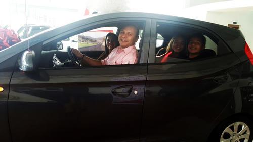 Fabio Aguirre, el feliz ganador llegó junto a su esposa e hijos para recibir el fabuloso vehículo. (Foto: cortesía Marhnos)