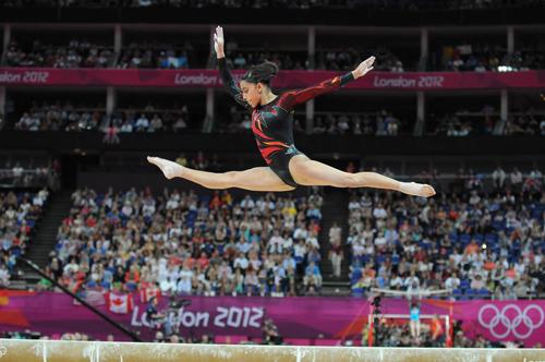 La gimnasta guatemalteca, Ana Sofía Gómez, en una gran ejecución en la viga de equilibrio en los Juegos Olímpicos de Londres 2012. (Foto: Nuestro Diario)