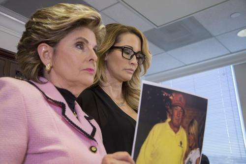 Drake muestra la foto de ella con Trump. (Foto: David McNew/AFP)