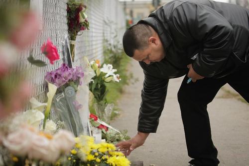 Cientos de personas se acercan al memorial instalado en edificios aledaños donde se dio la tragedia. (Foto: AFP)