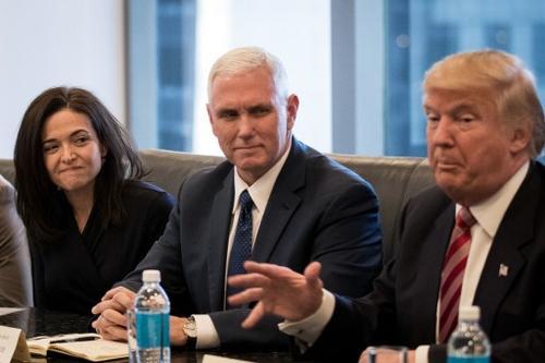 De izquierda a derecha: Sheryl Sandberg, Directora de operaciones de Facebook junto a Mike Pence y Donald Trump, quienes asumirán la vicepresidencia y presidencia de los Estados Unidos el próximo 9 de enero. (Foto: AFP)