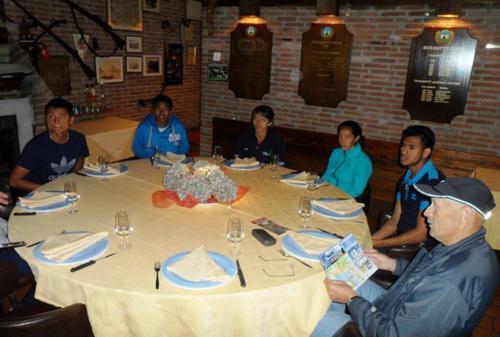 Los marchistas guatemaltecos captados a la hora de la cena en Lugano, Suiza.  (Foto: COG)