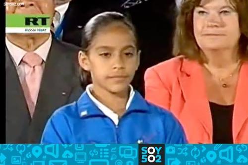 La gimnasta olímpica Ana Sofía Gómez, en el 2007 con apenas 12 años, fue la encargada de entregar el sobre con el nombre de la ciudad ganadora para realizar los Juegos de Invierno 2014.  Foto Soy502
