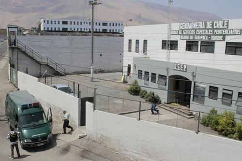 La Gendarmería de Chile se encuentra bajo alerta por la fuga masiva de más de 300 reclusas de la prisión de Iquique tras el terremoto; se reportan saqueos en negocios dañados. (Foto: Archivo)