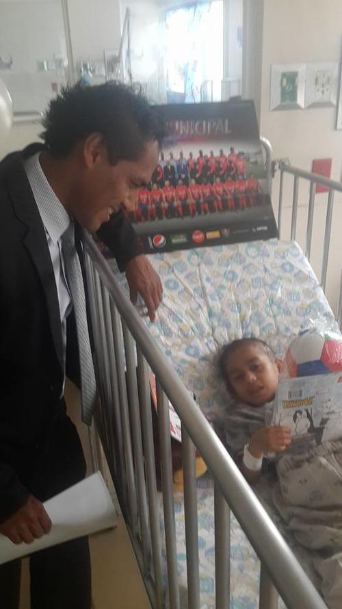 El exjugador y ahora gerente del Club Municipal Selvyn Ponciano en la visita de los rojos a la pediatría del Hospital Roosevelt. (Foto: Selvyn Ponciano)