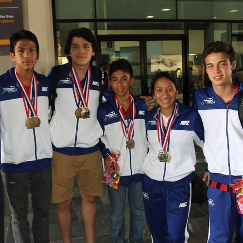 Quainy Bonilla, (primero de la izquierda)  junto a sus compañeros de la selección nacional de Squash.