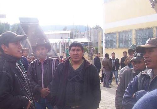 La turba enardecida señaló al actual alcalde Bacilio Juracán (c) de ser el autor del ataque contra su opositor. (Foto: Facebook/Despertad Concepción)