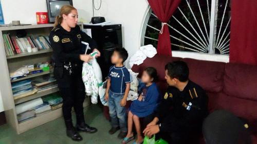 Los agentes proporcionaron ropa y comida a los hermanos tras rescatarlos. (Foto PNC)