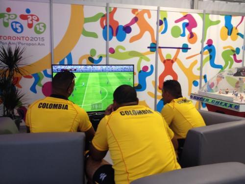 """De la delegación de Colombia aprovecharon para jugar un """"partidido de FIFA"""". (Pedro Pablo Mijangos/Soy502)"""