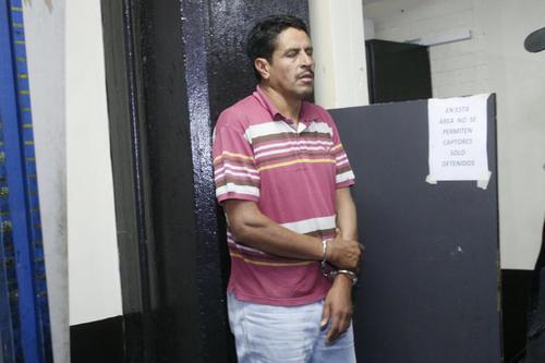 Santos Isabel Barahona Rivera, oficial primero de la Subdirección General de Prevención del Delito, es trasladado a la Torre de Tribunales. (Foto Jesús Alfonso/Soy502)