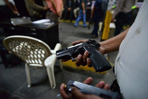 El elemento de seguridad estaba armado, según se corroboró a su llegada a la Torre de Tribunales. (Foto Wilder López/Soy502)