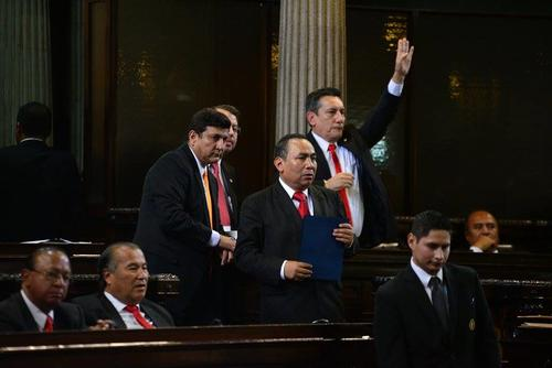 Roberto Villante, quien levanta la mano, logró incluir en la agenda que se discutan reformas a la Ley Orgánica del MP para dejar fuera injerencia de instancias internacionales. (Foto: Wilder López/Soy502)