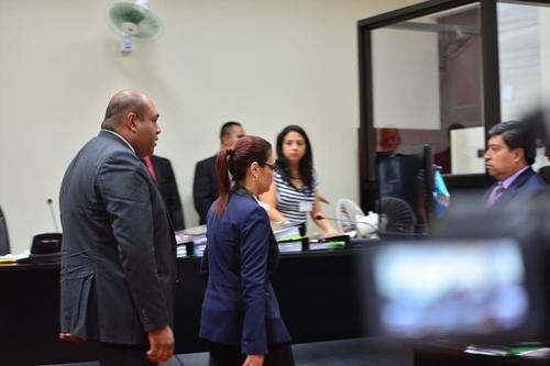 Baldetti abandona a toda prisa la sala donde se decidió que debía ser sometida a la justicia. (Foto: Jesús Alfonso/Soy502).
