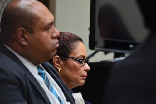 Baldetti y uno de sus abogados escuchan en silencio las palabras del juez Gálvez. (Foto: Jesús Alfonso/Soy502)