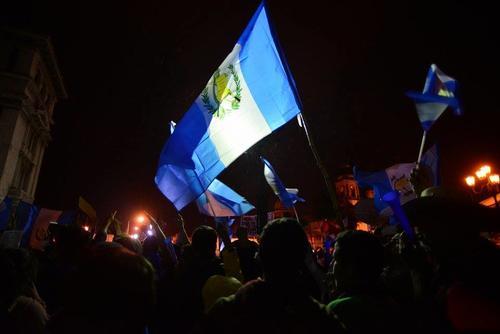 Cayó la noche pero el ambiente de protesta no terminó. (Foto: Wilder López/Soy502)