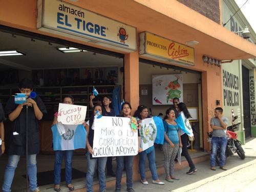 Trabajadores a las puertas de los comercios apoyando las marchas. (Foto: Pedro Pablo Mijangos/Soy502)