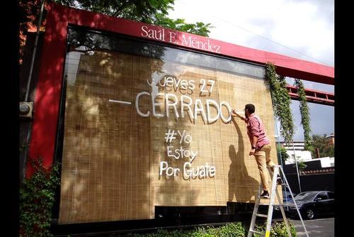 Numerosos negocios colgaron el cartel de cerrado por ir a la manifestación. (Foto:Facebook/Saúl E.Méndez)