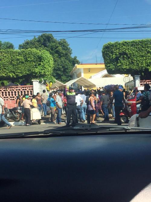 Parecía una feria la casa del alcalde de Retalhuleu, que busca por tercera vez la reelección. (Foto: Usuario Soy502)