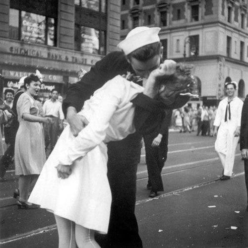 Foto de la misma escena del beso tomada desde otra perspectiva. (Foto Victor Jorgensen/U.S. Navy)