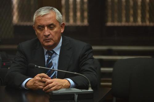 El expresidente se mostró ansioso durante la audiencia donde quedó ligado a proceso penal por el caso La Línea. (Foto: Jesús Alfonso/Soy502)