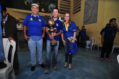 En la foto: Patricio Quinteros (esposo de Irasema); el exjugador de Cobán, Nelson Morales, y la presidenta de los Príncipes Azules. (Foto: Byron de la Cruz/Nuestro Diario)