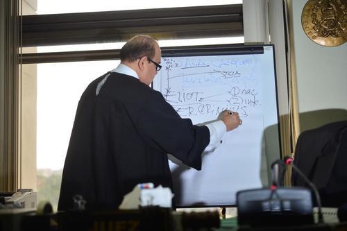El juez Walter Villeda utilizó un papelógrafo para poder explicar la resolución de ligar a proceso al magistrado Erick Santiago de León. (Foto: Jesús Alfonso/Soy502)