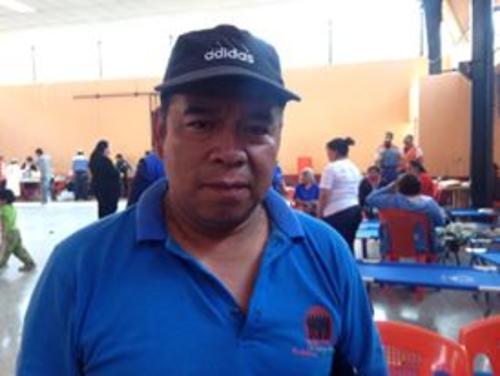 Juan Sinay, es uno de los afectados que permenece en el albergue habilitado en el salón comunal de Santa Catarina Pinula. (Foto: Fredy Hernández/Soy502)