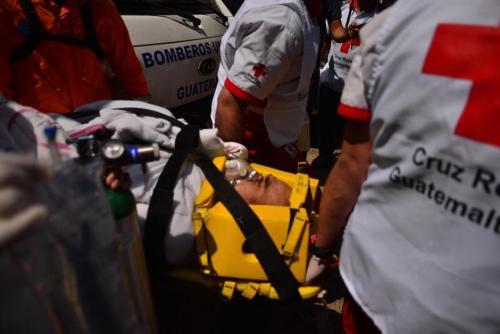 Rony Ramos quien presentaba politraumatismo fue rescatado con vida de entre los escombros. (Foto: Jesús Alfonso/Soy502)