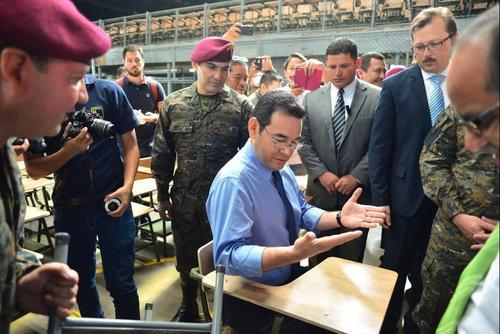 Morales visitó la bodega donde se están fabricando los escritorios. (Foto: Jesús Alfonso/Soy502)
