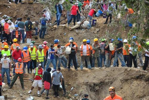 Vecinos de Santa Catarina Pinula han prestado servicio como voluntarios en el área de búsqueda. (Foto Wilder López/Soy502)
