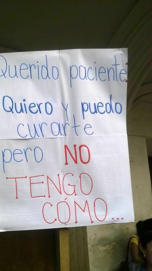 Este es uno de los carteles que muestra el personal médico del hospital Nacional Pedro de Bethancourt de Antigua Guatemala. (Foto: Pedro Samayoa/Bomberos ASEI)