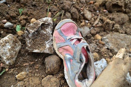 El menor que sobrevivió a la catástrofe espera que su familia sea rescatada de entre los escombros. (Foto Wilder López/Soy502)