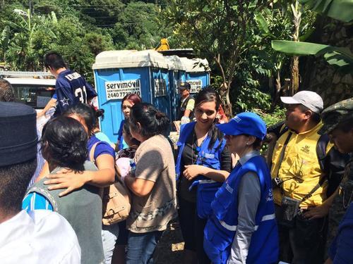 La PDH permanece en el lugar del desastre para brindar apoyo psicológico a los afectados por la tragedia ocurrida en El Cambray II. (Foto: Roberto Caubilla/Soy502)