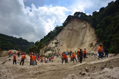Al personal de las instituciones de rescate se han unido vecinos del área. (Foto Jesús Alfonso/Soy502)