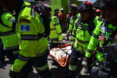 Socorristas llevan a Rony Pu, tras encontrarlo aún con vida. (Foto: Jesús Alfonso/Soy502)