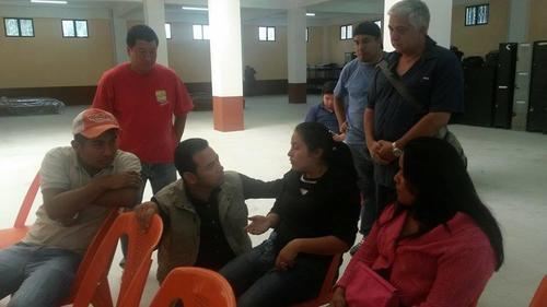 El político conversó con algunos de los afectados. (Foto Juan Manuel Vega/Soy502)