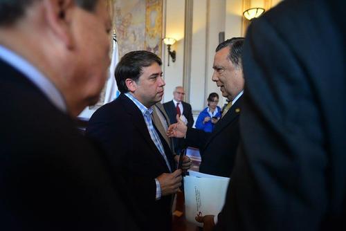 El jefe edil de Villa Nueva hizo entrega al Vicepresidente del proyecto de manejo de desechos sólidos. (Foto Wilder López/Soy502)