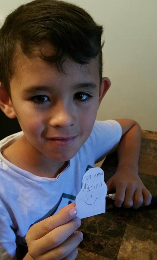 El pequeño colocó mensajes en todos los paquetes que entregó a los niños del relleno sanitario. (Foto Shari Stocker)