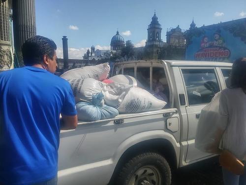 El hospital San Juan de Dios trasladó el donativo con un picop. (Foto: Guatemala Basta Ya)