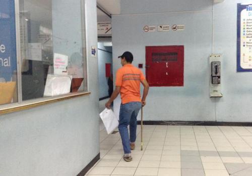 Aurelio Morales se retira del centro asistencial luego que su cita fuera re-programada.