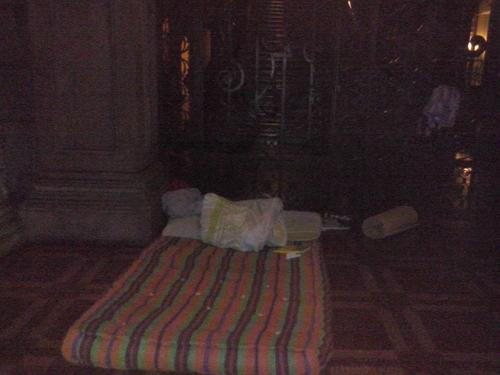 Hernández improvisó un área para pasar las noches frente al Palacio Nacional.