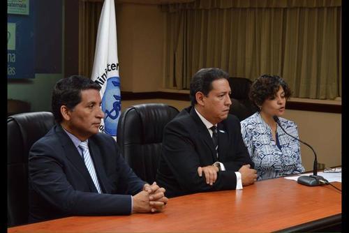Mariano Rayo (centro) asumió como titular de la cartera el pasado 29 de septiembre. (Foto: Soy502)