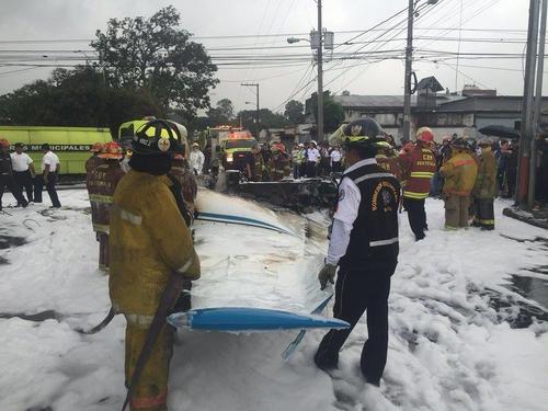 Los bomberos debieron utilizar espuma para sofocar las llamas de la avioneta. (Foto: Bomberos Municipales)