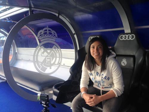 La futbolista guatemalteca, Ana Lucía Martínez, posa en la banca del estadio Santiago Bernabéu. (Foto: Ana Lucía Martínez)