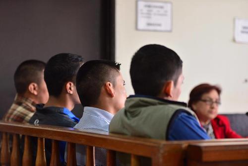 """Los cuatro ex agentes de la unidad motorizada """"Lobos"""" durante una audiencia en Tribunales. (Foto: Jesús Alfonso/Soy502)"""