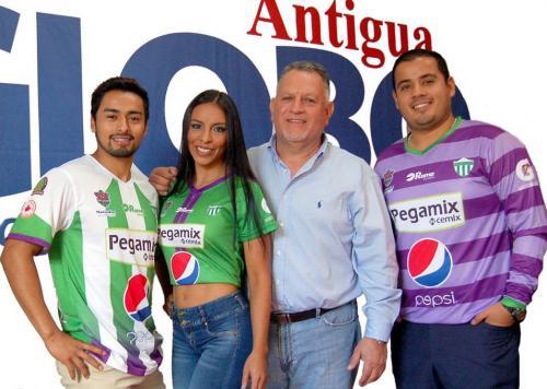Guillermo Navas, de camisa, es el aficionado que increpó a los jugadores de Suchitepéquez.