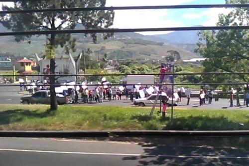 Empleados textiles bloquean un carril en dirección norte a inmediaciones del kilómetro 30 de la ruta al  Pacífico. (Foto: Facebook/Pampichí News)