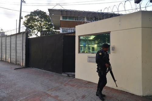 Un agente de la PNC resguarda la sede de la DIGICI. (Foto: Soy502)