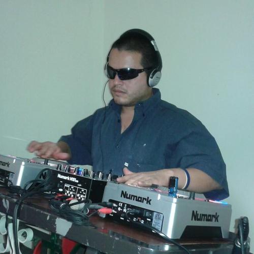 Aunque muchos no lo creen hasta que lo ven en acción, Brayan Solares, trabaja como DJ en una discoteca rodante y es una de sus fuentes de ingreso. (Foto: Brayan Solares)