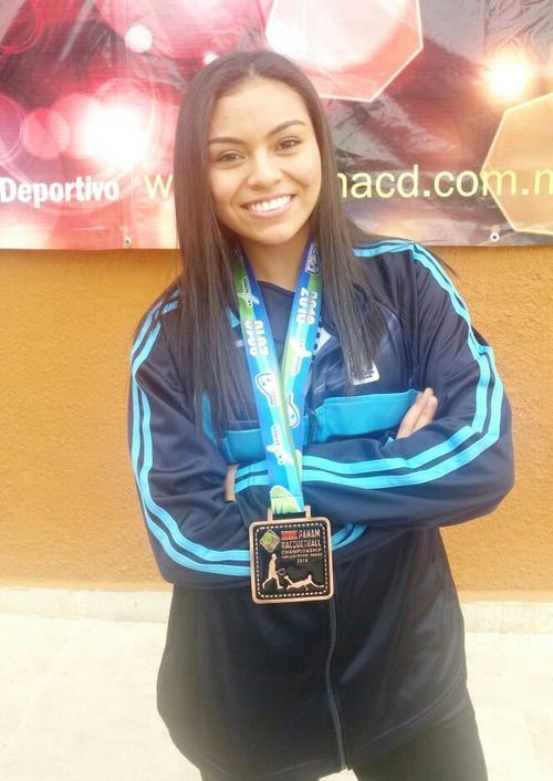 Ana Gabriela muestra con orgullo su presea de bronce. (Foto: Asociación de Raquetbol de Guatemala)